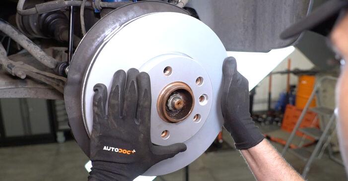 Wechseln Bremsscheiben am VW Transporter V Kastenwagen (7HA, 7HH, 7EA, 7EH) 2.0 TDI 2006 selber