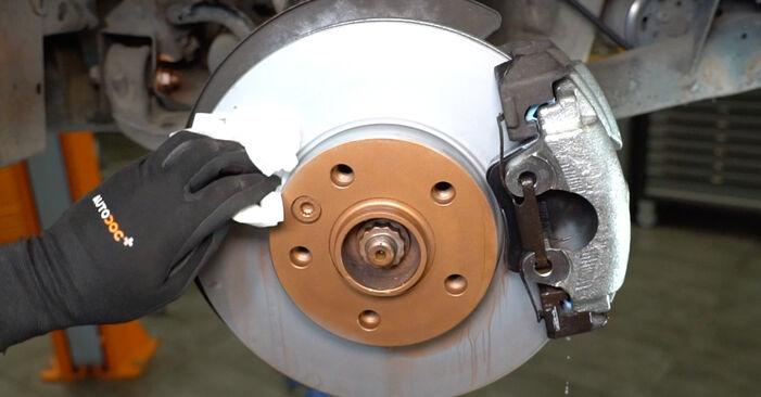 Wie Bremsscheiben VW Transporter V Kastenwagen (7HA, 7HH, 7EA, 7EH) 2.5 TDI 4motion 2004 austauschen - Schrittweise Handbücher und Videoanleitungen