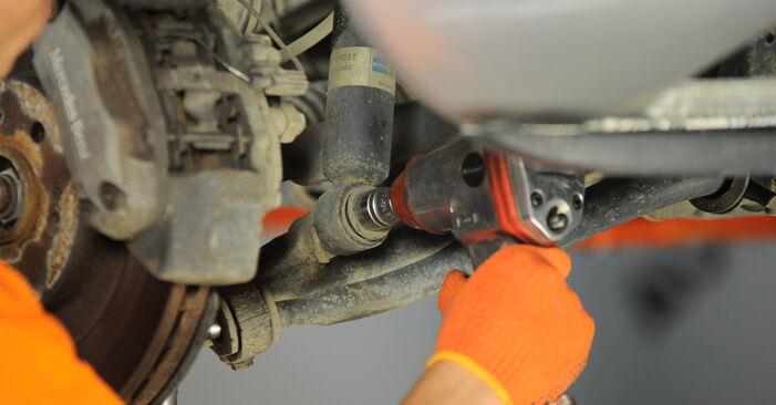 Wie schwer ist es, selbst zu reparieren: Stoßdämpfer Mercedes W163 ML 500 5.0 (163.175) 2004 Tausch - Downloaden Sie sich illustrierte Anleitungen