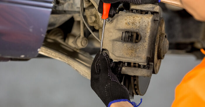 Wie schwer ist es, selbst zu reparieren: Bremssattel BMW E46 320i 2.0 2004 Tausch - Downloaden Sie sich illustrierte Anleitungen