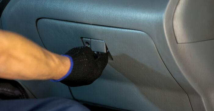 Como remover TOYOTA RAV4 2.4 4WD 2004 Filtro do Habitáculo - instruções online fáceis de seguir