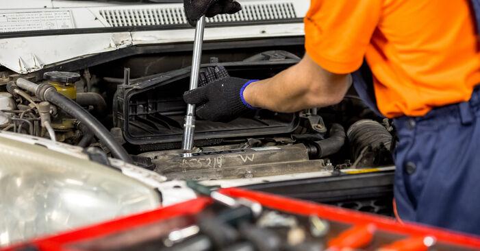 Vaiheittaiset suositukset Toyota Rav4 II 2001 2.4 4WD -auton Sytytystulpat-osien tee se itse -vaihtoon