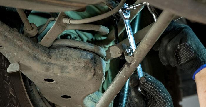 Quão difícil é efetuar a substituição de Tirante da Barra Estabilizadora no Toyota Rav4 II 2.4 4WD (ACA23, ACA22) 2000 por si mesmo - descarregue o guia ilustrado