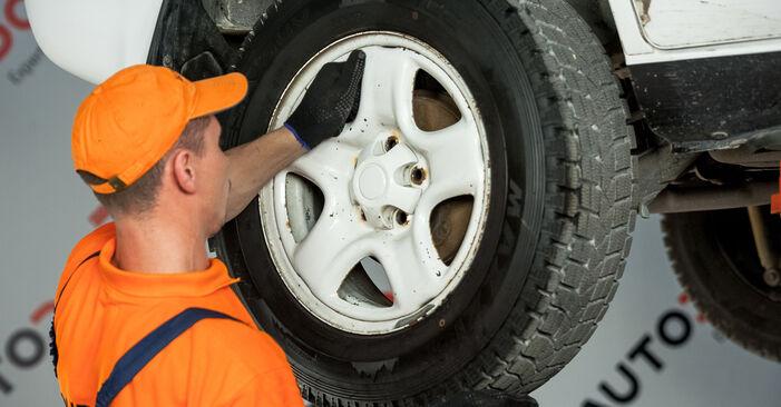 Quão difícil é efetuar a substituição de Cabeçotes Do Amortecedores no Toyota Rav4 II 2.4 4WD (ACA23, ACA22) 2000 por si mesmo - descarregue o guia ilustrado