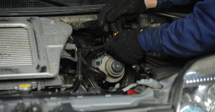 Kraftstofffilter beim NISSAN X-TRAIL 2.2 DCi 2008 selber erneuern - DIY-Manual