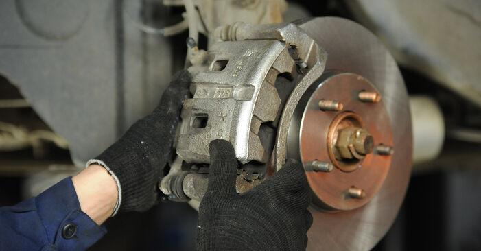 Wie schwer ist es, selbst zu reparieren: Bremsscheiben Nissan X Trail t30 2.2 DCi FWD 2007 Tausch - Downloaden Sie sich illustrierte Anleitungen