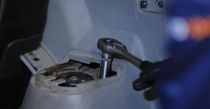Wechseln Sie Stoßdämpfer beim Nissan X Trail t30 2011 2.2 dCi 4x4 selber aus
