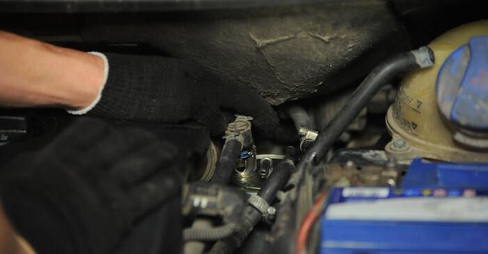 Hvordan man udskifter Brændstoffilter på VW SHARAN (7M8, 7M9, 7M6) 2000: hent PDF manualer og video instruktioner