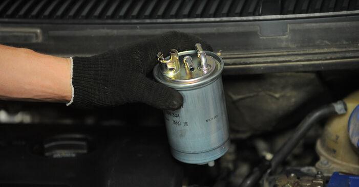 VW SHARAN 2002 Brændstoffilter trin-for-trin udskiftnings manual