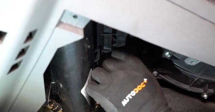 Wie schwer ist es, selbst zu reparieren: Innenraumfilter VW T5 Kasten 1.9 TDI 2009 Tausch - Downloaden Sie sich illustrierte Anleitungen