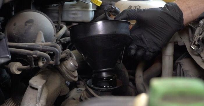 Ölfilter Ihres VW T5 Kasten 2.5 TDI 2011 selbst Wechsel - Gratis Tutorial