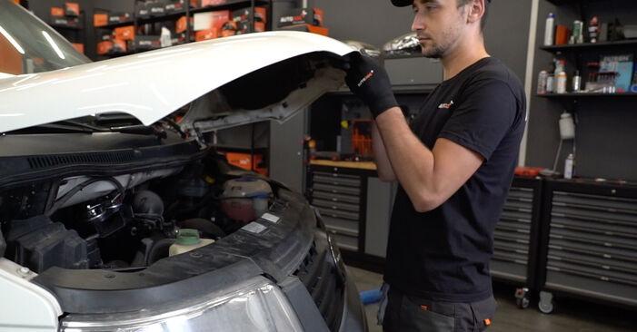 Cum schimbare Filtru combustibil la VW T5 Van 2003 - manualele în format PDF și video gratuite
