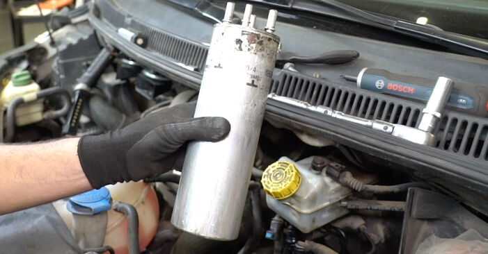 Manualul de atelier pentru înlocuirea de sine stătătoare Transporter V Van (7HA, 7HH, 7EA, 7EH) 2.5 TDI 2014 Filtru combustibil