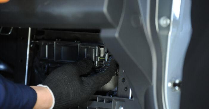 SUZUKI SWIFT III (MZ, EZ) 1.3 DDiS (RS 413D) 2007 Interieurfilter remplaceren: kosteloze garagehandleidingen