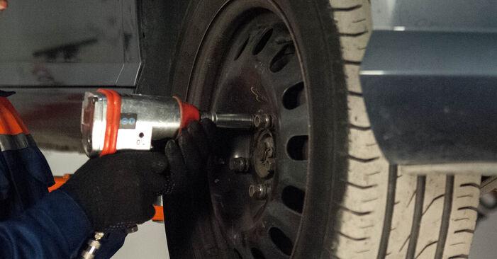 Bremsbeläge beim PEUGEOT 407 2.2 2011 selber erneuern - DIY-Manual