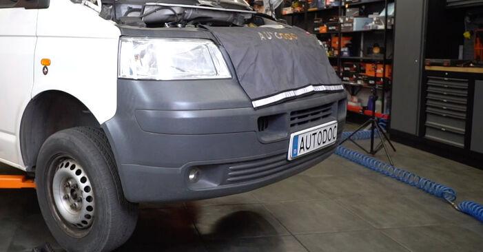 Wie man VW Transporter V Kastenwagen (7HA, 7HH, 7EA, 7EH) 2.5 TDI 2004 Koppelstange austauscht - Schrittweise Handbücher und Videowegleitungen