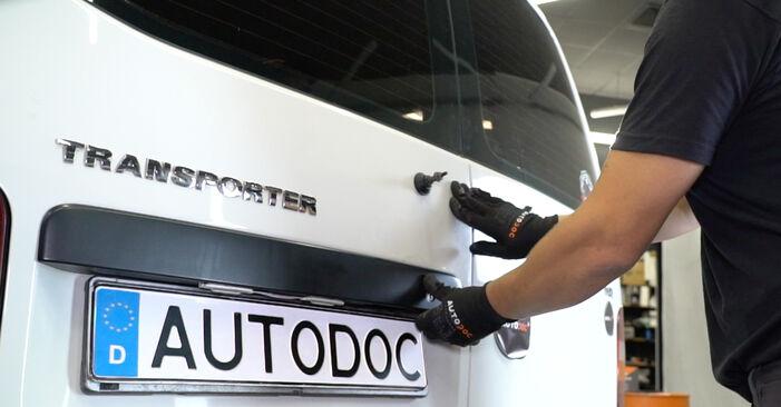Tausch Tutorial Heckleuchte am VW Transporter V Kastenwagen (7HA, 7HH, 7EA, 7EH) 2015 wechselt - Tipps und Tricks