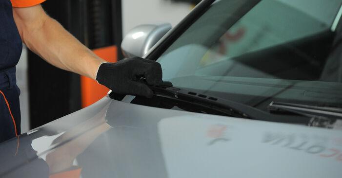 Kaip pakeisti Valytuvo gumelė AUDI A4 Sedanas (8E2, B6) 2000: atsisiųskite PDF instrukciją ir vaizdo pamokas