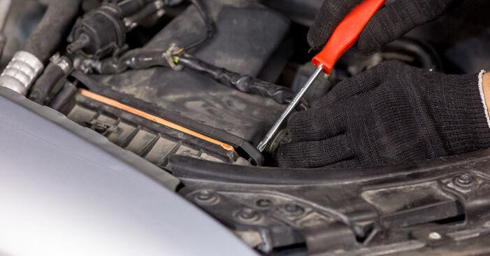 Wie schwer ist es, selbst zu reparieren: Luftfilter Audi A4 B6 2.5 TDI 2001 Tausch - Downloaden Sie sich illustrierte Anleitungen