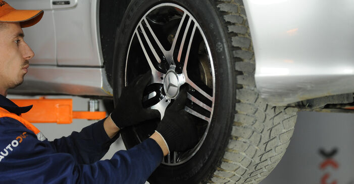 Wie schwer ist es, selbst zu reparieren: Domlager Mercedes W211 E 320 CDI 3.0 (211.022) 2008 Tausch - Downloaden Sie sich illustrierte Anleitungen