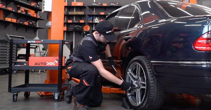 Mercedes W211 E 270 CDI 2.7 (211.016) 2004 Bremssattel wechseln: Gratis Reparaturanleitungen