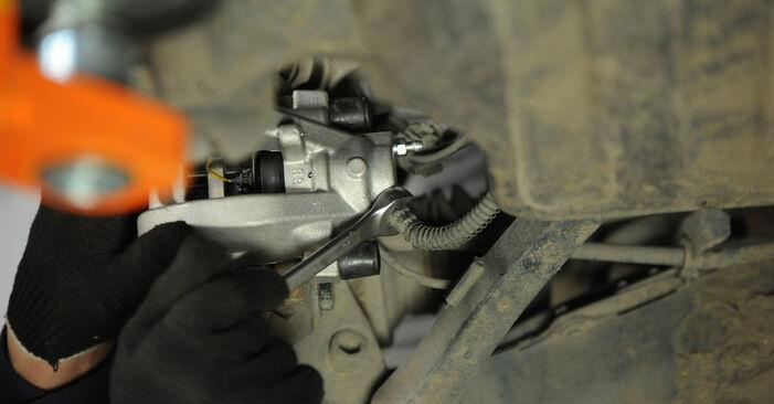 Tauschen Sie Bremssattel beim Mercedes W211 2004 E 220 CDI 2.2 (211.006) selber aus
