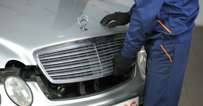 MERCEDES-BENZ E-CLASS E 240 2.6 (211.061) Bremssattel ausbauen: Anweisungen und Video-Tutorials online