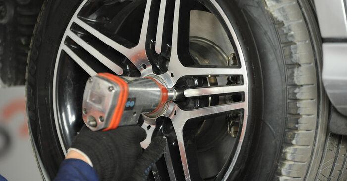 Wie MERCEDES-BENZ E-CLASS E 280 CDI 3.0 (211.020) 2006 Bremssattel ausbauen - Einfach zu verstehende Anleitungen online