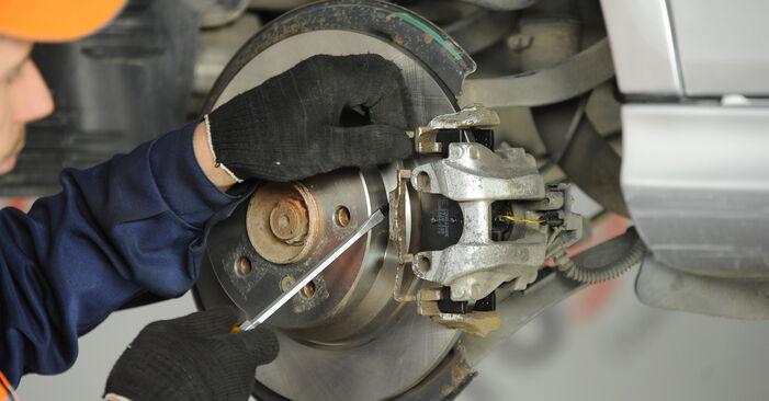 Wie schmierig ist es, selber zu reparieren: Bremssattel beim Mercedes W211 E 320 CDI 3.0 (211.022) 2008 wechseln – Downloaden Sie sich Bildanleitungen
