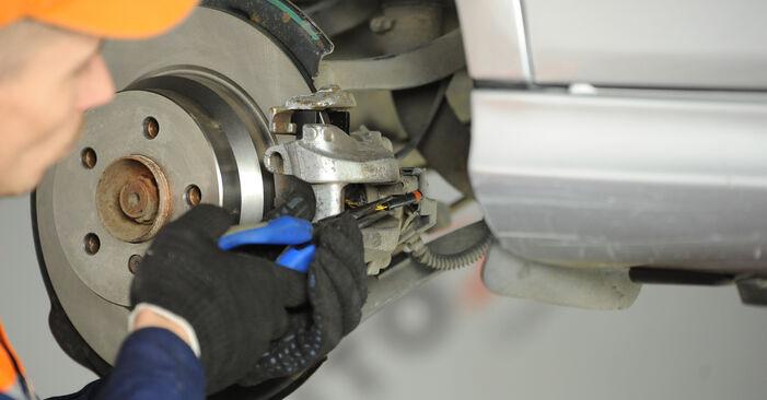Bremssattel beim MERCEDES-BENZ E-CLASS E 200 1.8 Kompressor (211.042) 2009 selber erneuern - DIY-Manual