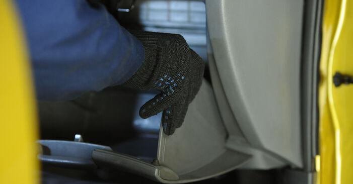 Hoe moeilijk is doe-het-zelf: Interieurfilter wisselen Toyota Yaris p1 1.0 (SCP10_) 2005 – download geïllustreerde instructies