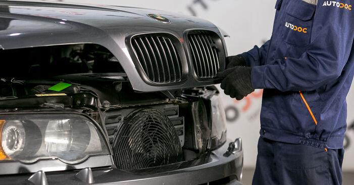 Innenraumfilter beim BMW X5 4.4 i 2007 selber erneuern - DIY-Manual