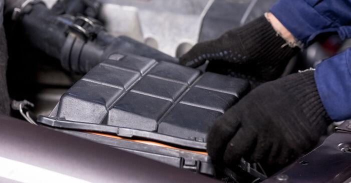 Wie schwer ist es, selbst zu reparieren: Luftfilter Mercedes W202 C 250 D 2.5 (202.125) 1999 Tausch - Downloaden Sie sich illustrierte Anleitungen