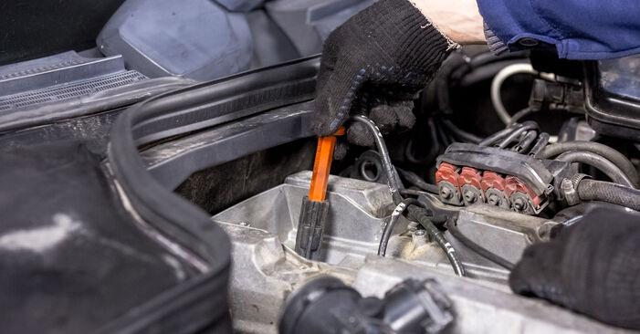 Wie Zündkerzen MERCEDES-BENZ C-Klasse Limousine (W202) C 250 2.5 Turbo Diesel (202.128) 1994 austauschen - Schrittweise Handbücher und Videoanleitungen
