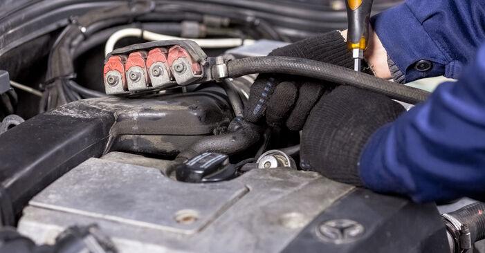 Wie schwer ist es, selbst zu reparieren: Zündkerzen Mercedes W202 C 250 D 2.5 (202.125) 1999 Tausch - Downloaden Sie sich illustrierte Anleitungen