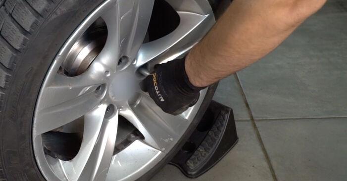 Quão difícil é efetuar a substituição de Discos de Travão no Mercedes W202 C 250 D 2.5 (202.125) 1999 por si mesmo - descarregue o guia ilustrado