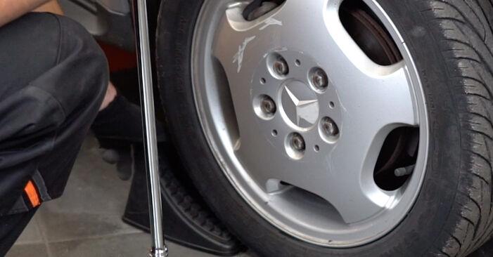 Wie Bremsbeläge MERCEDES-BENZ C-Klasse Limousine (W202) C 250 2.5 Turbo Diesel (202.128) 1994 austauschen - Schrittweise Handbücher und Videoanleitungen