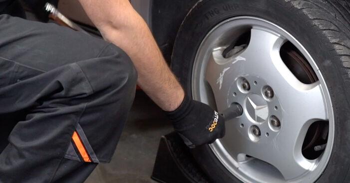 Bremsbeläge beim MERCEDES-BENZ C-CLASS C 280 2.8 (202.028) 2000 selber erneuern - DIY-Manual