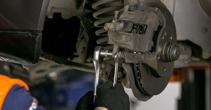 Wie schwer ist es, selbst zu reparieren: Bremsbeläge Mercedes W202 C 250 D 2.5 (202.125) 1999 Tausch - Downloaden Sie sich illustrierte Anleitungen