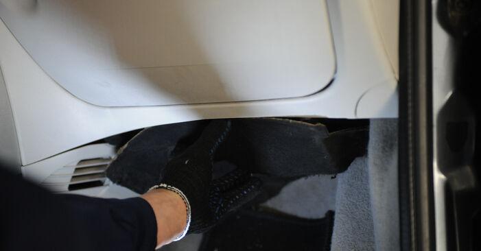 Wie man Innenraumfilter am FIAT PUNTO (188) 2004 wechselt – Laden Sie sich PDF-Wegleitungen und Videoanweisungen herunter