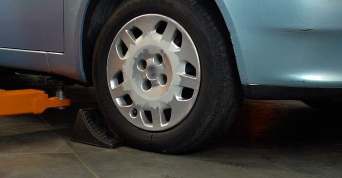 Kuinka vaihtaa FIAT PUNTO (188) 1.2 60 2000 -auton Jarrupalat – vaiheittaiset ohjekirjat ja video-oppaat