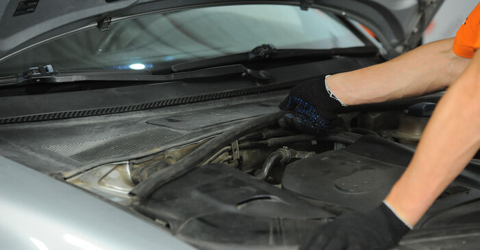How to replace VW PASSAT Variant (3B6) 1.9 TDI 2001 Pollen Filter - step-by-step manuals and video guides