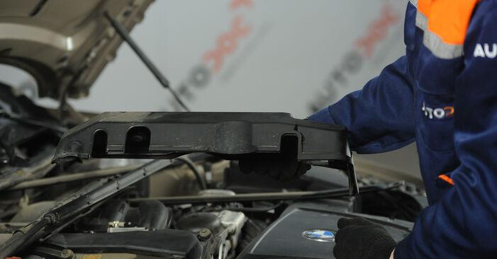 Pasikeiskite BMW 3 Sedanas (E90) 318d 2.0 2003 Uždegimo žvakė patys - internetinė instrukcija