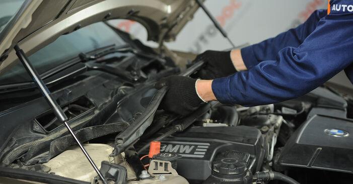 BMW E90 320i 2.0 2005 Uždegimo žvakė keitimas: nemokamos remonto instrukcijos