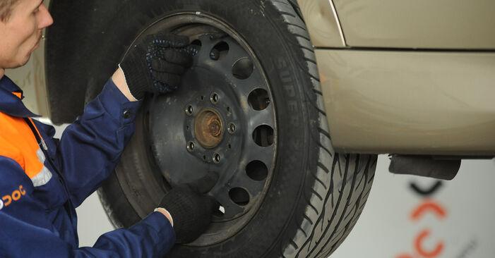 Wechseln Querlenker am BMW 3 Limousine (E90) 318i 2.0 2009 selber