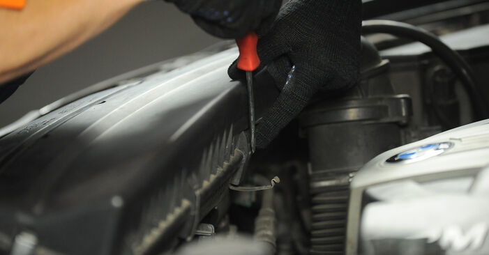 Wie BMW X3 3.0 sd 2007 Luftfilter ausbauen - Einfach zu verstehende Anleitungen online