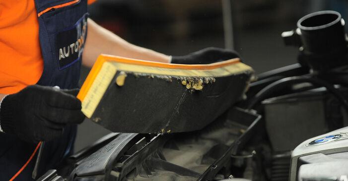 Wie schwer ist es, selbst zu reparieren: Luftfilter BMW X3 E83 2.0 i 2009 Tausch - Downloaden Sie sich illustrierte Anleitungen