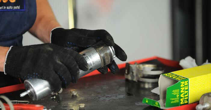 Austauschen Anleitung Kraftstofffilter am BMW X3 E83 2004 2.0 d selbst