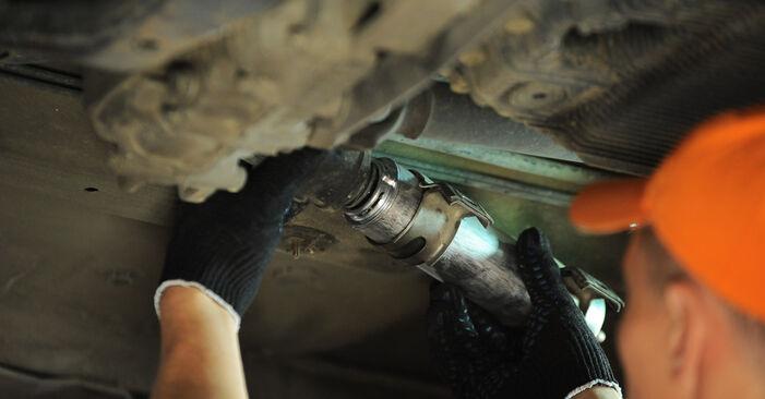 Tausch Tutorial Kraftstofffilter am BMW X3 (E83) 2006 wechselt - Tipps und Tricks