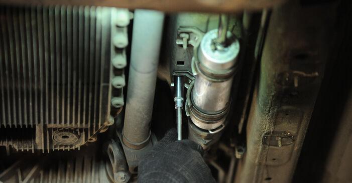 Wie Kraftstofffilter BMW X3 (E83) 3.0 d 2004 austauschen - Schrittweise Handbücher und Videoanleitungen